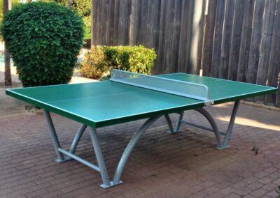 Mesa de ping pong exterior modelo Sport instalada en un parque municipal.