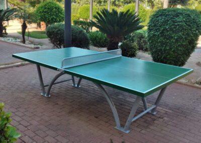 Mesa de ping pong exterior modelo Sport instalada en un hotel.